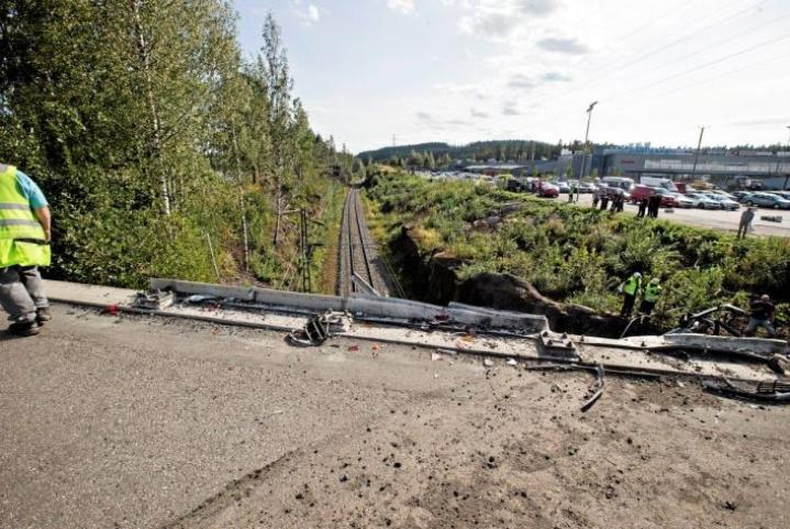 Kova pudotus alas oli tekijä, joka aiheutti neljän matkustajan kuoleman ja usean loukkaantumisen. Kuljettajan vireystila oli väärä. Hän ei jarruttanut. Törmäystutkaan liitetty hätäjarrutus olisi voinut estää vahingot.