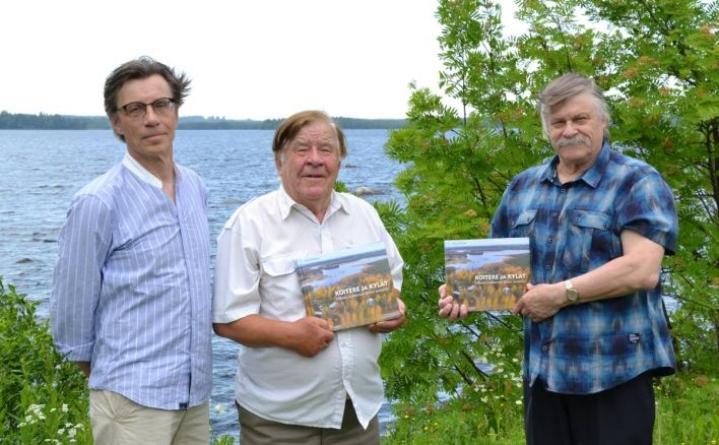 Koitere-kirjan ulkoasusta huolehtinut Eero Tuomisto, vas., kirjatoimikunnan puheenjohtaja Seppo Lehtinen ja toimitustyöstä vastannut Armas Härkönen ovat onnellisia kun vuosien urakka on ohi.