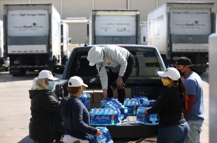 Vaikka sähköjen palaaminen tuo helpotusta ennennäkemättömien pakkassäiden jälkeen, ovat miljoonat edelleen ilman puhdasta juomavettä. LEHTIKUVA / AFP