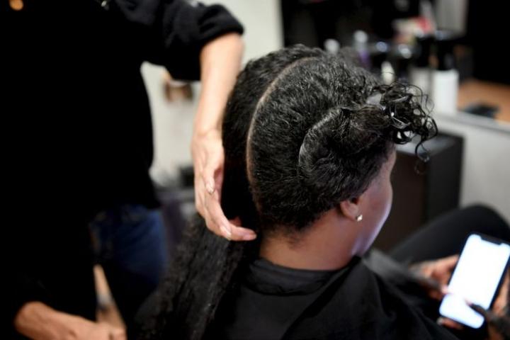 """Vielä muutama vuosi sitten afrohiuksille oli lähes mahdotonta löytää suomalaiskaupoista sopivia tuotteita, kun nyt kiharille hiuksille tarkoitettuja """"curly girl -tuotteita"""" löytyy lähes kaikkialta. LEHTIKUVA / Antti Aimo-Koivisto"""