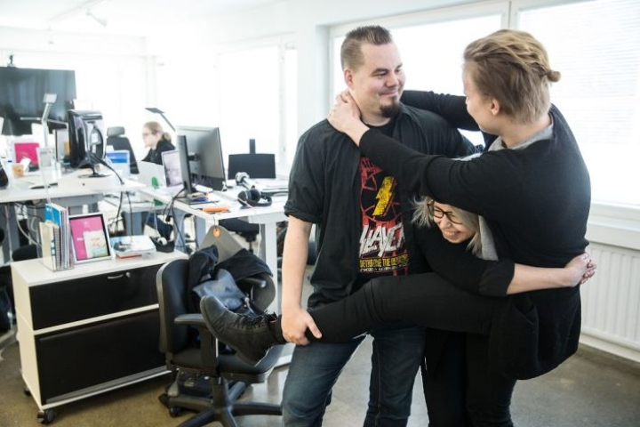 Ryhmähalit eivät ole vieraita mainostoimisto Fabrikissa työskenteleville. Ville Kivihalme, Laura Karvonen ja Teemu Huuki näyttävät mallia.
