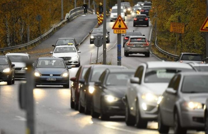 Suomi on sitoutunut puolittamaan liikenteen päästönsä tällä vuosikymmenellä.