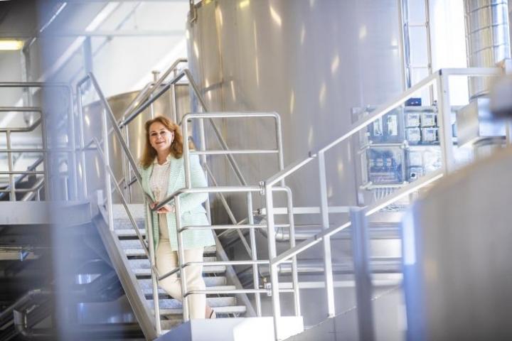 """Lignell & Piispasen toimitusjohtaja Kirsi Räikkönen on työskennellyt niin muoti- kuin juomabisneksessä. Johtajaurasta haaveilevia hän kannustaa kokeilemaan eri toimialoja ja eri osia liiketoiminnassa. """"Toisia kuuntelemalla oppii älyttömän paljon."""""""