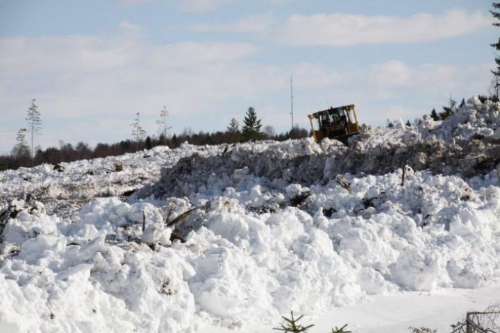 Lumensiirrolla ehkäistään sulamisvesien rakennustöille aiheuttamat ongelmat. Alueella oli lunta enimmillään jopa toista metriä.