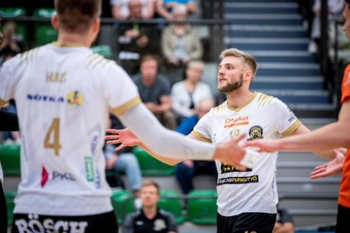 Tuomas Karjalaisen (oik.) mukaan Hurmoksen esitys oli kauden heikoin. Etualalla paras pistemies Bjarne Huus.