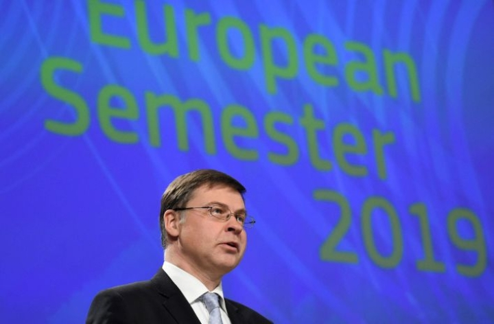 Taloudesta vastaava komission varapuheenjohtaja Valdis Dombrovskis kertoo, että yritysfuusioita sekä valtiontukea koskevien sääntöjen arviointi on käynnissä. LEHTIKUVA/AFP