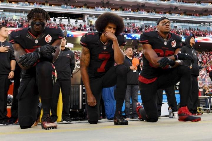 Polvistumalla pelaajat ovat halunneet kiinnittää huomiota mustien amerikkalaisten kohteluun. San Francisco 49ersin pelaajat polvistuivat ottelussa kansallislaulun aikana lokakuussa 2016. LEHTIKUVA / AFP