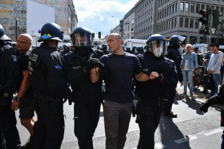 Poliisi hajotti eilen koronarajoituksia vastustaneiden protestin, koska osallistujat eivät poliisin mukaan noudattaneet vaadittuja turvavälejä tai ohjeistuksia kasvomaskin käytöstä. LEHTIKUVA/AFP