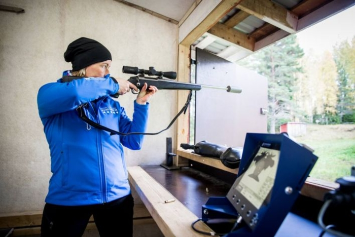 Suomen Biathlonin metsästysammunnan asiantuntija Kirsi Ainola testasi 75 metrin hirviratalaitteita Roukalahden ampumaradalla. Osumat näkyivät heti monitorissa desimaalin tarkkuudella.