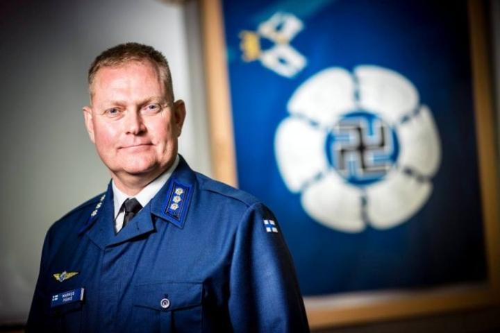 Eversti Markus Päiviö aloitti Karjalan lennoston komentajana. Lennostolla on pitkät perinteet niin kuin Ilmavoimillakin. Takana Ilmavoimien lippu everstin työhuoneessa.