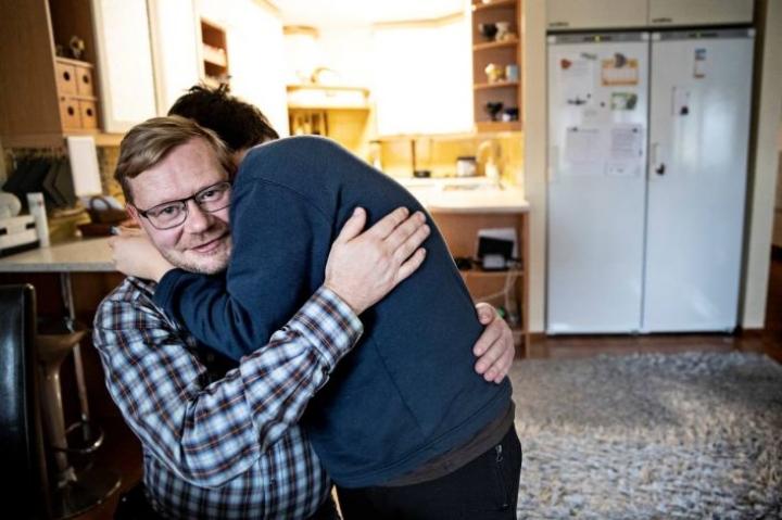 12-vuotias poika on asunut Petri Hartikaisen kanssa nyt 1,5 vuotta. Hän näytti isille haastattelun aikana videon, jossa esitellään uutta XBoxia. - Jaahas, vai joululahjaksi tuommoinen. No voihan se olla, että pukki tuopi, Hartikainen tuumasi ja sai heti halauksen.