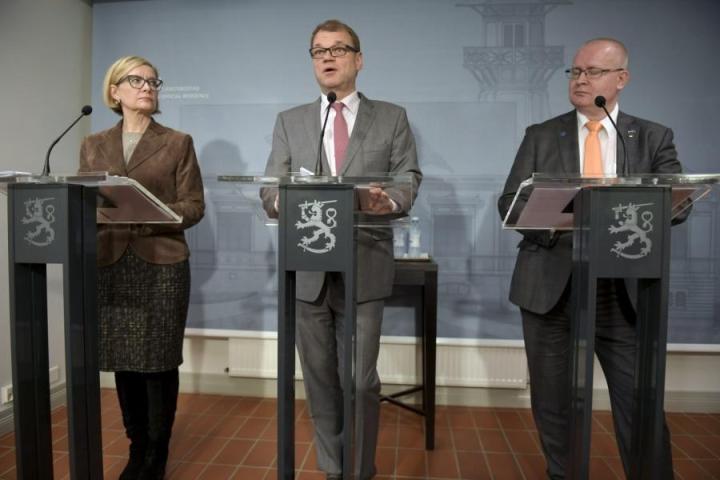 Sisäministeri Paula Risikko, pääministeri Juha Sipilä sekä oikeus- ja työministeri Jari Lindström esittelivät hallituksen päätöksiä puuttumisesta väkivaltaisten ääriliikkeiden toimintaan. LEHTIKUVA / ANTTI AIMO-KOIVISTO
