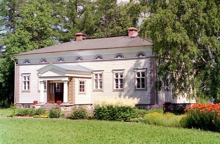 Lieksan nimismiehen Isak Steniuksen Sarkkilan hovi Lieksassa on ainoa Lönnrotin aikaisista jäljellä olevista rakennuksista Lieksassa.
