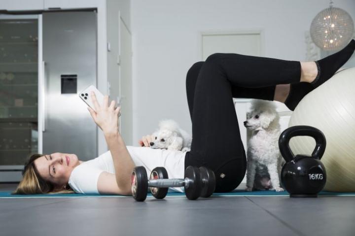 Liikunta ja treenaaminen on kuulunut Kaisa Mäkelän elämään aina. Siksi siirtyminen ravintola-alalta hyvinvointisovelluksen pariin  on onnistunut luontevasti. Mäkelän koirat Lilli ja Hippu seuraavat harjoituksia.