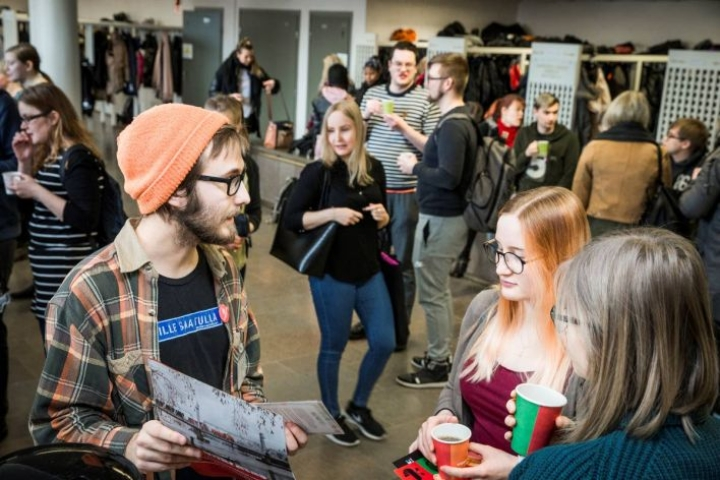 Itä-Suomen yliopiston Joensuun kampuksella pidetyt kampanjointipäivät ovat vetäneet paljon kiinnostuneita tapaamaan nuoria ehdokkaita.