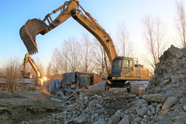 Rakennuksissa on eniten betonia. Se pulveroidaan ja murskataan maanrakennusaineeksi. Kuva Kesälahdelta.