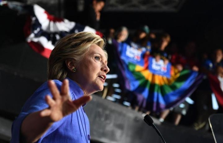 Demokraattien presidenttiehdokkaan Hillary Clintonin etumatka republikaanien Donald Trumpiin näytti kaventuneen viikonloppuna julkaistussa kannatusmittauksessa. LEHTIKUVA/AFP