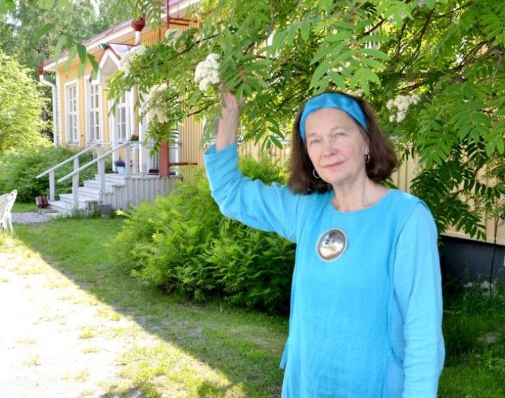Luontomystikoksi itsensä määrittelevä Helena Nuutinen ilahtui Koveron majatalon pihalla kukassa olevasta pihlajasta, joka on Karjalassa ollut pyhä puu.