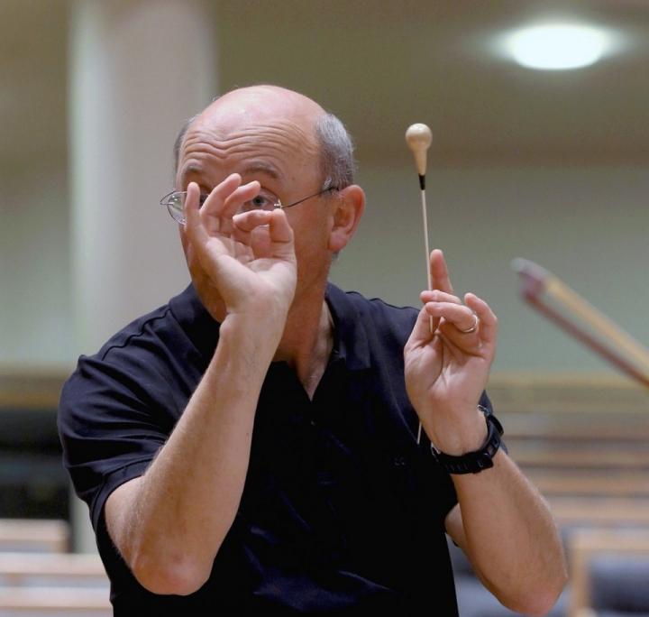 Joensuun kaupunginorkesterin taiteellinen johtaja Jurjen Hempel harjoituttaa orkesteriaan tarkalla silmällä ja korvalla.