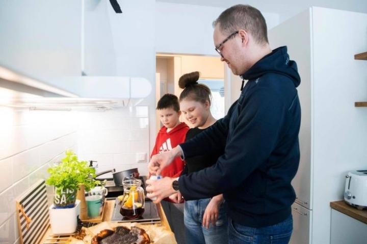 Mehusangria on nyt yksi uusi asia jyväskyläläisen Taipaleen perheen ruokapöydässä. Talvilomaviikolla Taipaleet tekivät maku- ja kulttuurimatkan joka päivänä aina uuteen maahan.