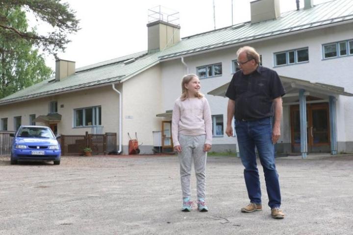 Syksyllä kuudennen luokan aloittava ahmovaaralainen Iida Vattulainen kävi perjantaina tutustumassa Kolin kouluun. Aluerehtori Timo Vattulainen toivottaa uudet oppilaat tervetulleiksi.