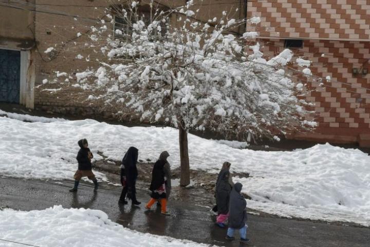 Sadat ihmiset ovat jääneet eristyksiin lumentulon vuoksi. LEHTIKUVA/AFP