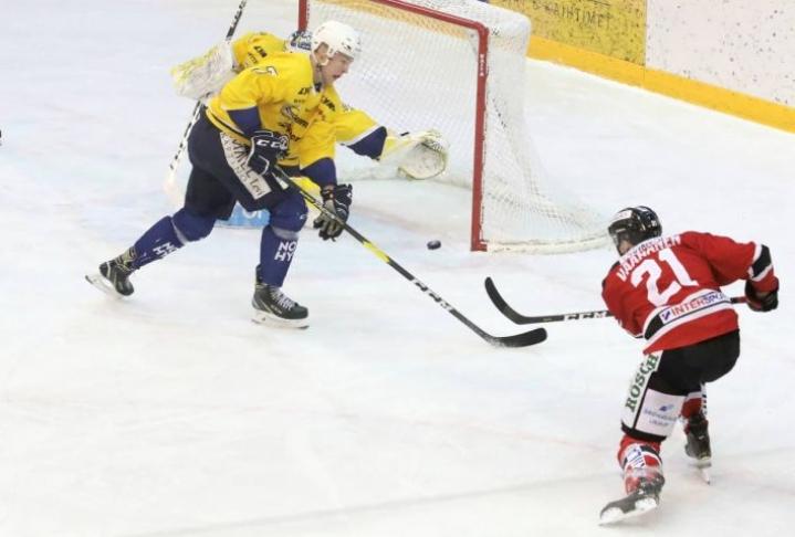 Jokipoikien Miro Väänänen teki keskiviikon ottelussa kolme pistettä. Arkistokuva Jokipoikien ja RoKin marraskuisesta pelistä.