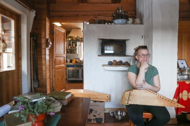 Anni Korhosen käsissä pysyy Erkki Okkosen tekemä 15-kielinen soitin. Soittoa Puukarin Pysäkin pirtissä ovat kuulleet useat vieraat.