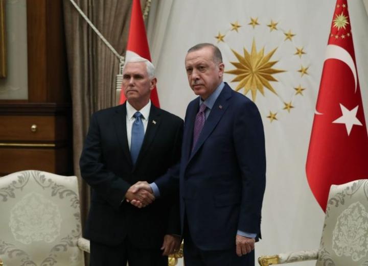 Turkin presidentti Erdogan (oik.) taipui tulitaukoon Yhdysvaltain varapresidentin Mike Pencen vierailtua Ankarassa. Lehtikuva/AFP