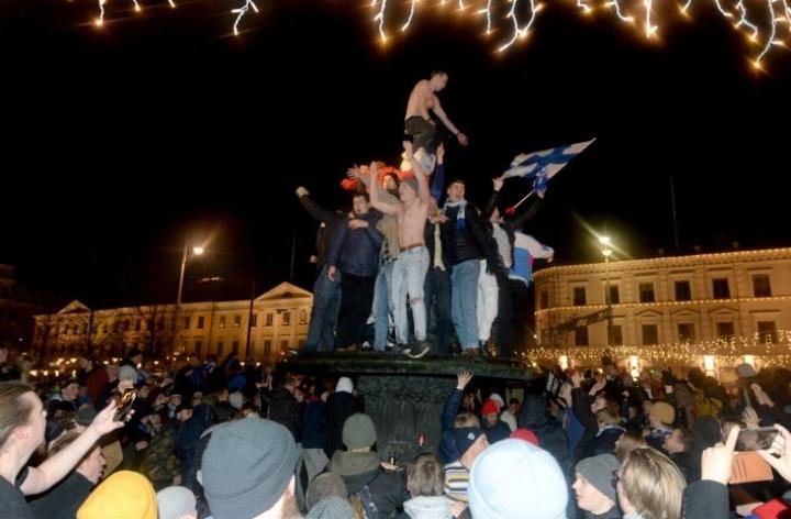Kisapaikkaa juhlittiin innokkaasti Havis Amandan patsaalla. Lehtikuva / Mikko Stig