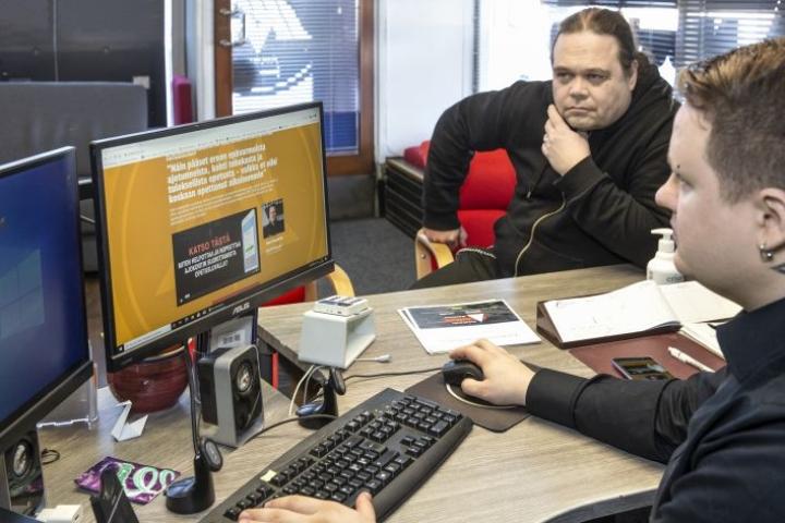 Henri Nuutinen (edessä) kertoo, että AjoWeppiä on myyty jo opetuslupaopettajille. Sovellukseen täydennetään jatkuvasti opetusmateriaalia ja siinä tehtävässä mukana on vahvasti ollut muun muassa liikenneopettaja Pekka Vartiainen.