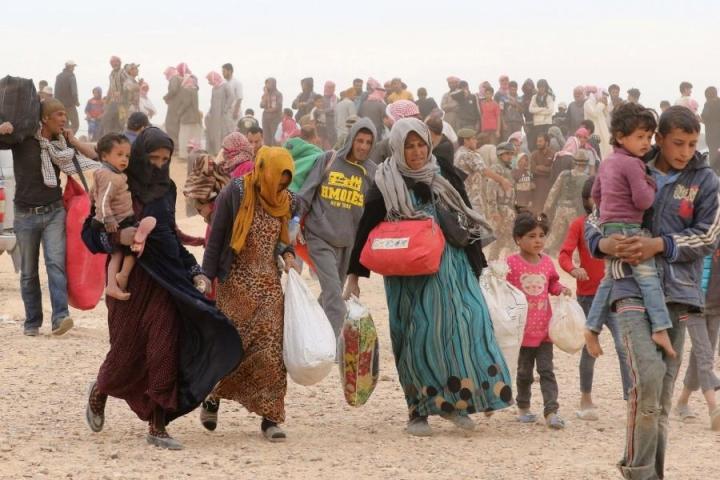 Syyrialaisia pakolaisia pyrkimässä rajan yli Jordaniaan. Kuva on alkukesältä. LEHTIKUVA/AFP