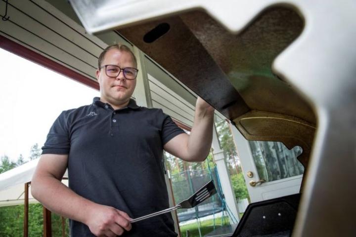 Polvijärven kunnanjohtajan Jari Tuonosen mielestä grillaaminen on parasta yhdessä perheen kanssa.