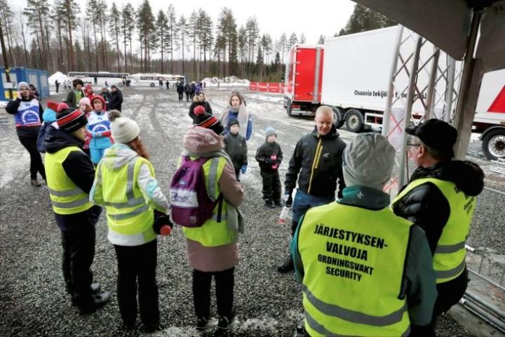 Yleisöä käännytettiin Kontiolahden ampumahiihtostadionin portilta.