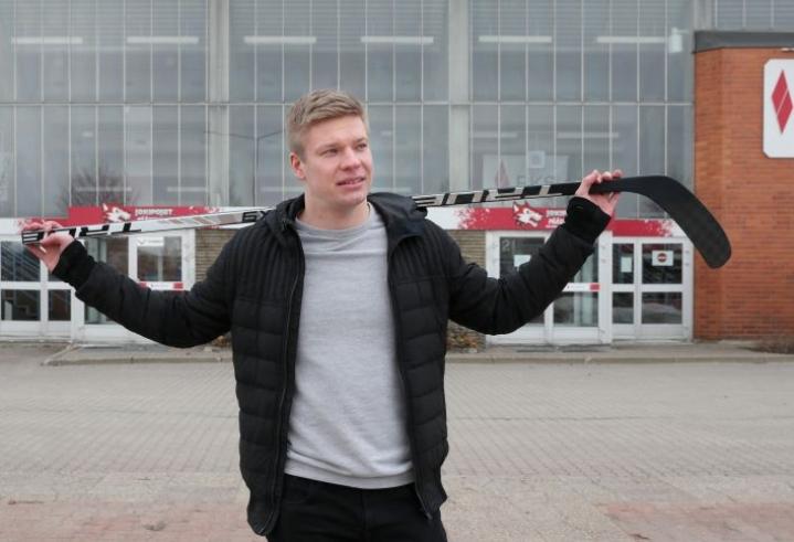 Miro Aaltonen Joensuun jäähallin edustalla huhtikuussa 2020.
