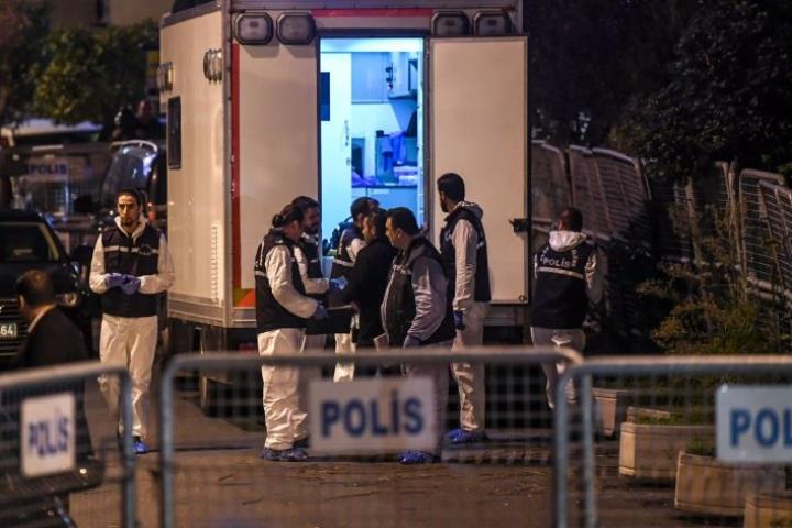 Turkkilaisia tutkijoita saapui maanantaina Saudi-Arabian konsulaattiin Istanbulissa. LEHTIKUVA/AFP