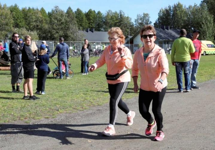 Heini Kontuvirta ja Raija Karhu (oik) osallistuivat perinteiseen naisten liikuntatapahtumaan Liikunnaiseen Laulurinteen maisemissa Silva-messujen aikaan.