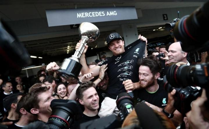 Japanin gp:n voittoon ajanut Nico Rosberg (kesk.) vahvisti johtoasemaansa formula ykkösten MM-sarjassa. LEHTIKUVA/AFP