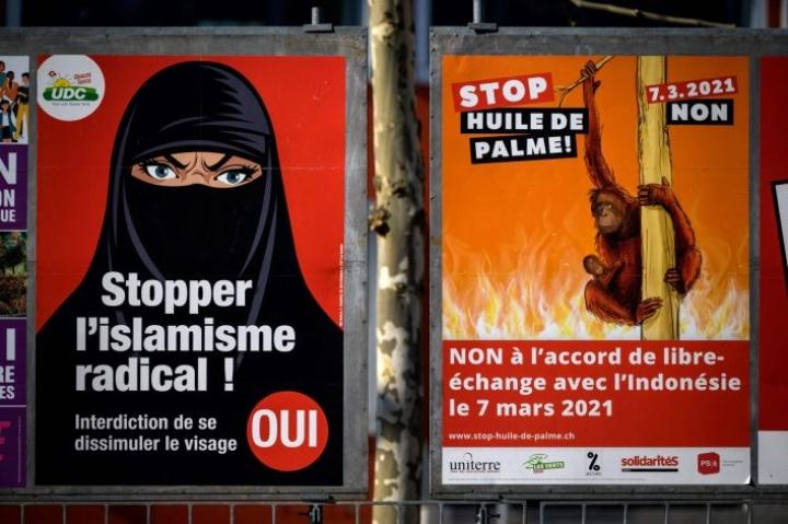Burkan tai silmät esiin jättävät niqabin käyttäjiä arvioidaan asuvan Sveitsissä vain muutama kymmenen. LEHTIKUVA/AFP