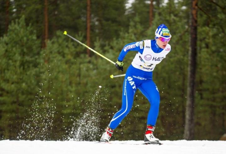 Naisten viestissä voiton vei Oulun Hiihtoseura, jonka ankkuriosuuden hiihti Heli Heiskanen. LEHTIKUVA / KIMMO RAUATMAA