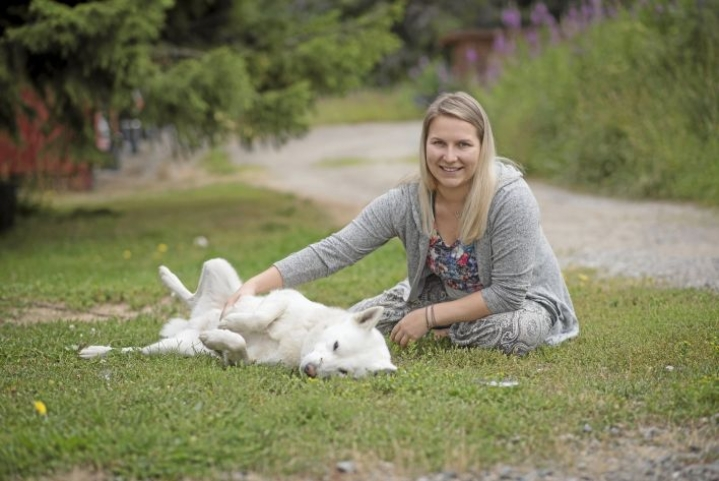 Kotona Kannonkosken Klemettilässä Maija Vesterisellä on aikaa hoivata ruotsinhirvikoira Niiloa.