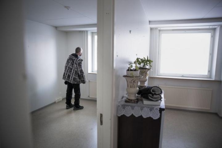 Jouko Mustonen katselee viimeisiä kertoja ulos Sommelotien asuntonsa ikkunasta. Sisäilma on sen verran henkeen käypää, että haastattelukin tehdään nopeasti ja avonaisen ikkunan ääressä.