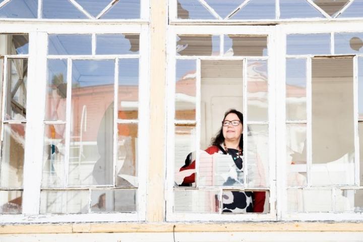 Suihkon talon lasikuistin ikkunat ovat alkuperäiset. Osa niistä on rikki, Tarja Pukkala harmittelee.