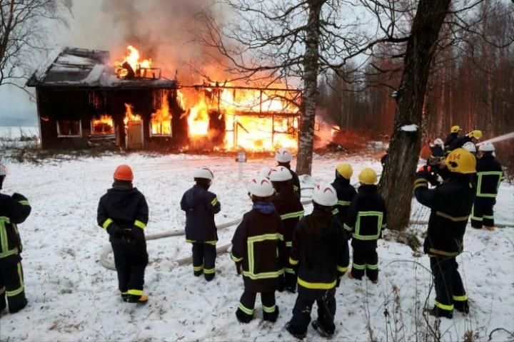 Palokuntanuoret saivat olla mukana polttamassa hallitusti purkukuntoista navettaa.