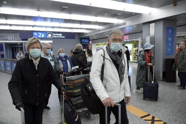 Tuhannet suomalaiset ovat jumissa Espanjassa koronaviruksen takia. Kuvassa Malagasta palaavia matkustajia Helsinki-Vantaan lentoasemalla perjantaina 20. maaliskuuta. LEHTIKUVA / MARKKU ULANDER