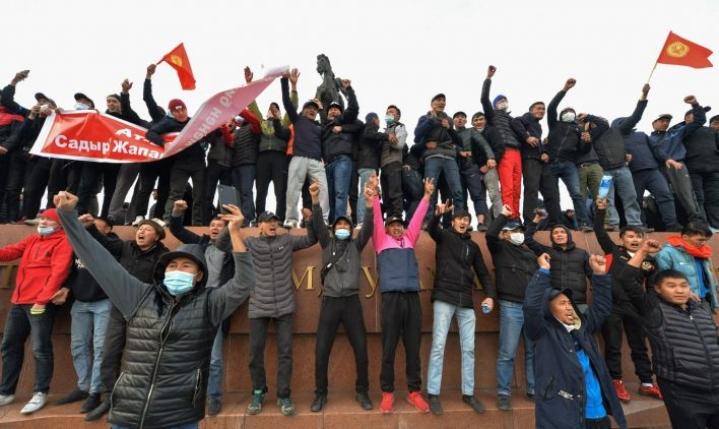 Kirgisiassa on ollut kahakointia ja mielenosoituksia sen jälkeen, kun kiisteltyjen parlamenttivaalien tulokset mitätöitiin tiistaina. LEHTIKUVA / AFP