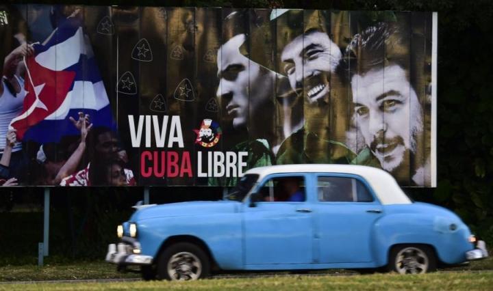Vallankumousaukiolle odotetaan väkijoukkoja jättämään jäähyväisiä Fidel Castrolle. Lehtikuva/AFP
