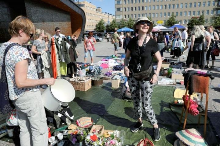 Lea Soininen oli ensi kertaa Virta-kirpparilla myymässä tavaroitaan.