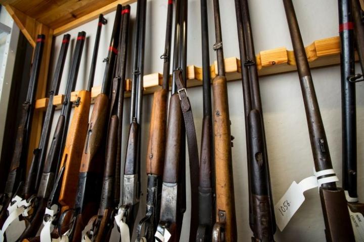 Kuvassa poliisin viime viikolla keräämiä aseita.
