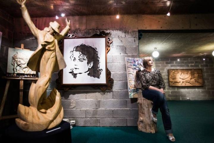 Puun sielun myyntinäyttelyssä teosten teemat vaihtelevat Michael Jacksonista Kalevalaan. Natasha Podkolzinan mukaan Jackson on myös kesän kansainvälisen taiteilijaleirin teemana.